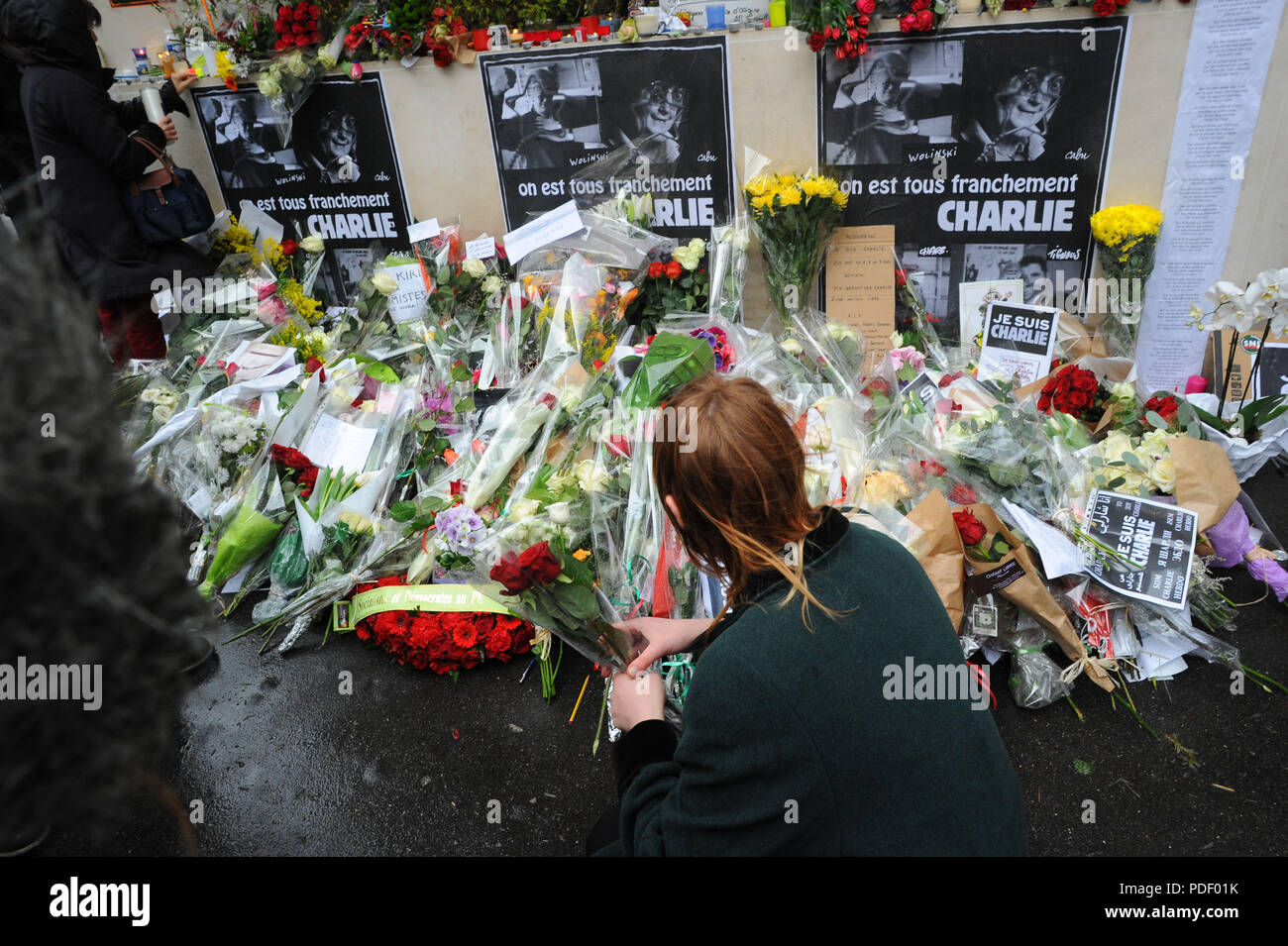January 8, 2015 - Paris, France: People pay tribute to Charlie Hebdo staff near the satirical magazine headquarter. Des gens se recueillent pres d'un memorial improvise au lendemain de l'attaque meurtriere contre Charlie Hebdo. *** FRANCE OUT / NO SALES TO FRENCH MEDIA *** Stock Photo