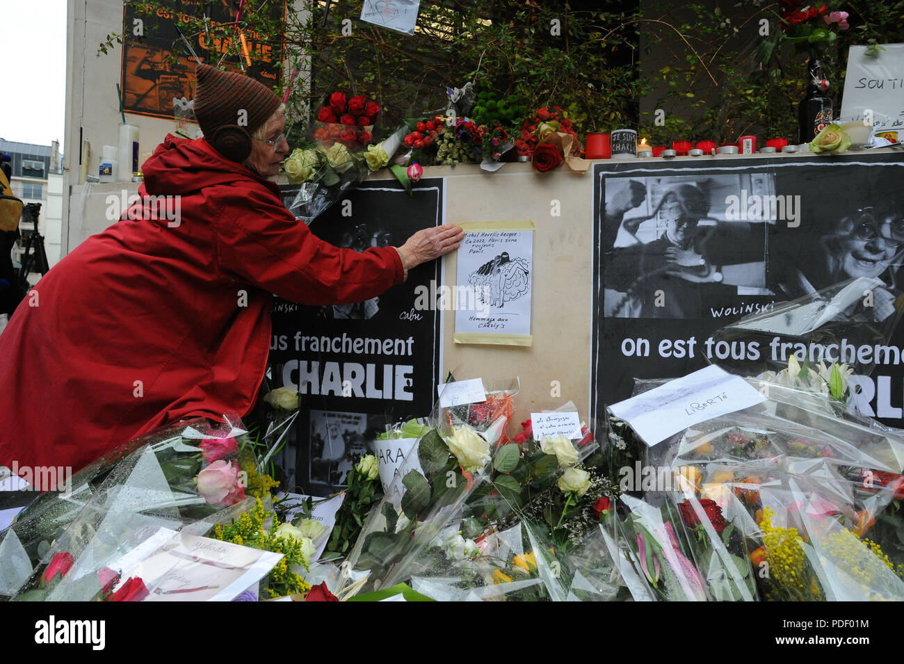 January 8, 2015 - Paris, France: People pay tribute to Charlie Hebdo staff near the satirical magazine headquarter.  Des gens se recueillent pres d'un memorial improvise au lendemain de l'attaque meurtriere contre Charlie Hebdo. *** FRANCE OUT / NO SALES TO FRENCH MEDIA *** Stock Photo