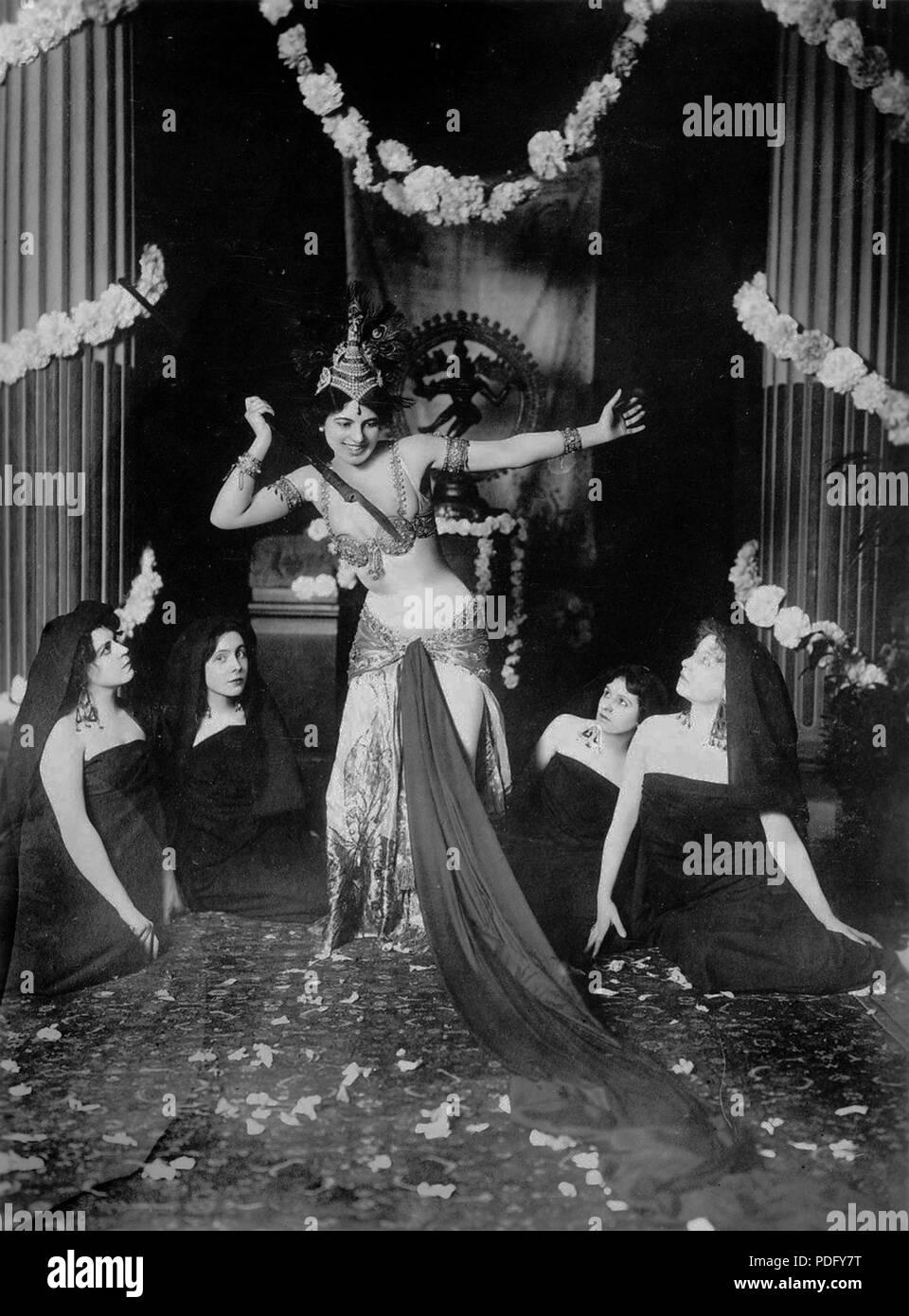 Madame Mac Méod (future Mata Hari) éxécutant des danses brahmaniques dans la bibliothèque du Musée Guimet de Paris *13-3-1905 221 Mata Hari dancing in the Musée Guimet (1905) - 1 Stock Photo