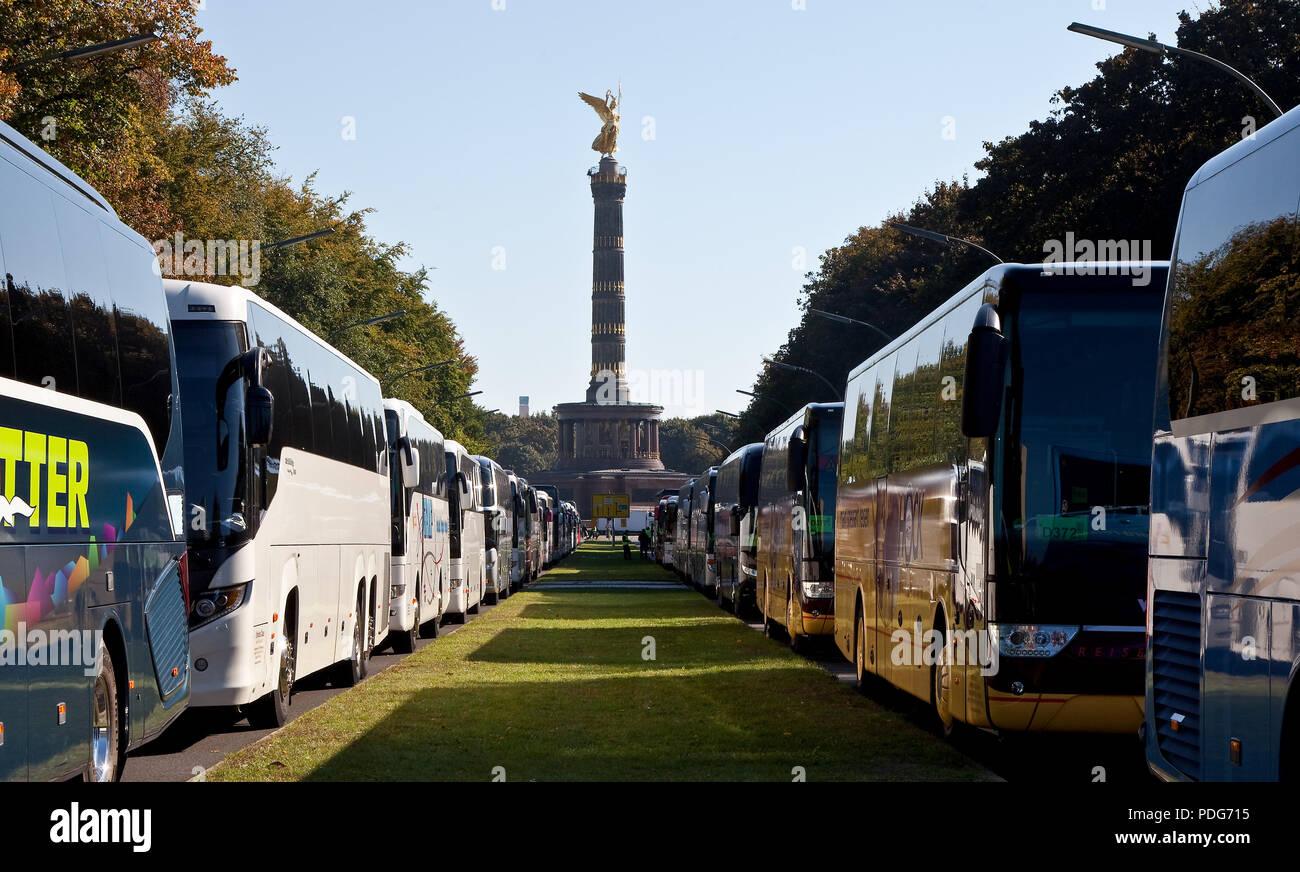 Genutzt als Busparkplatz für eine Großveranstaltung, Blick über den Grünstreifen zur Siegessäule - Stock Image