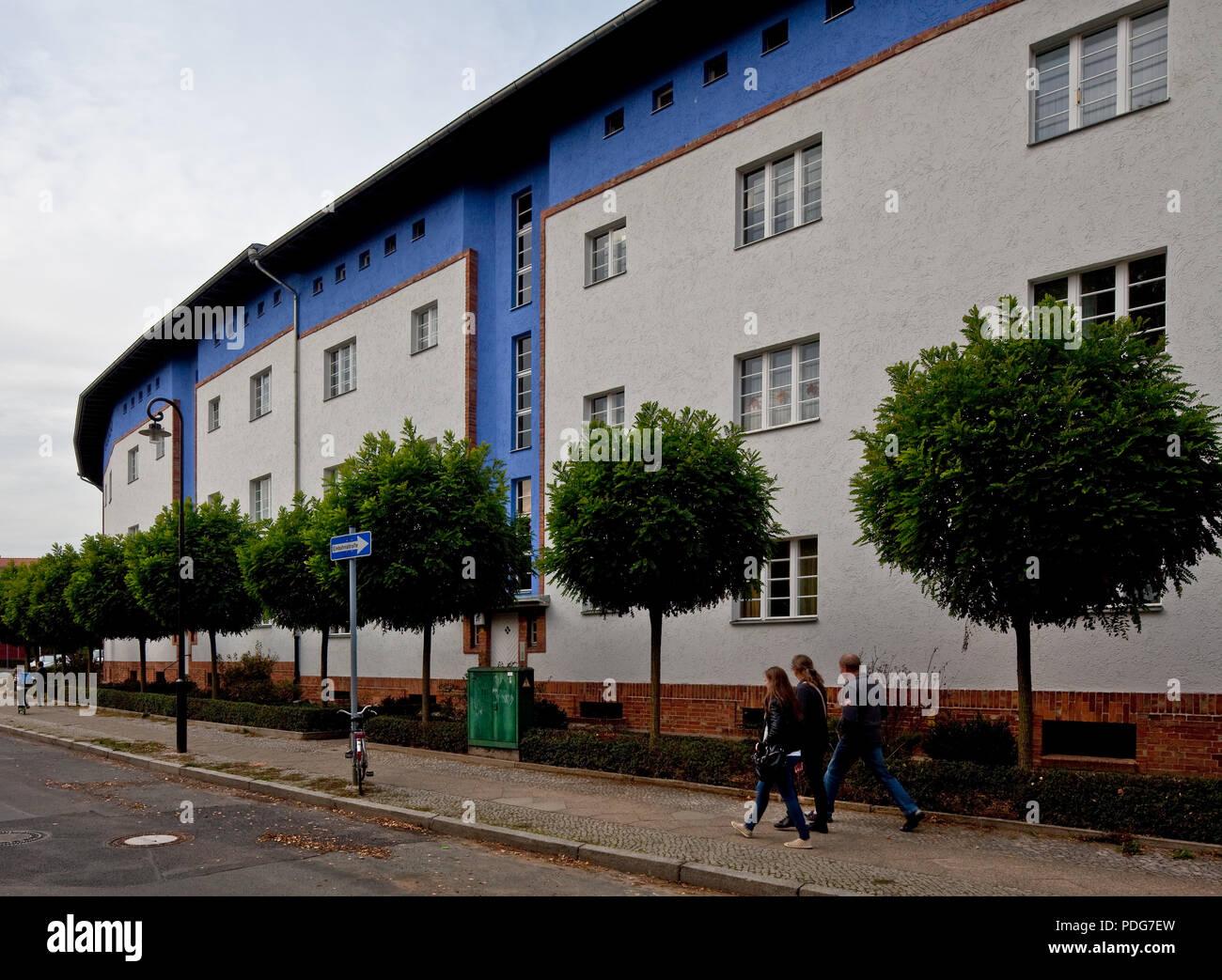 Außenseite der Hufeisen-Randbebauung mit farbig gestalteter Fassade - Stock Image