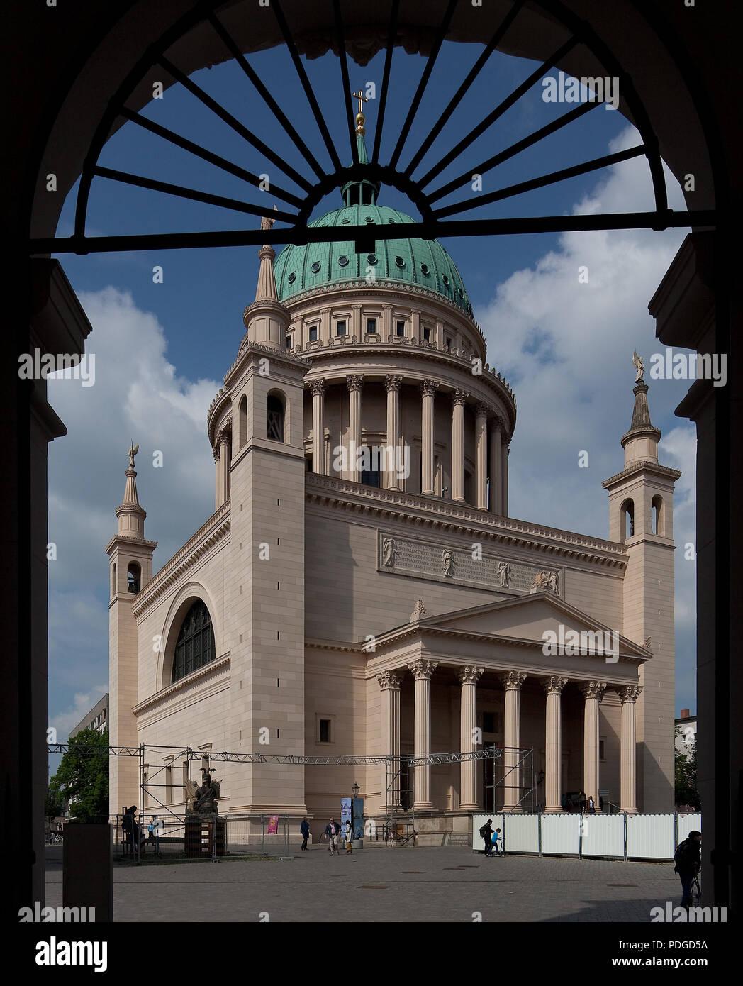Erbaut 1830-35, Kuppel 1843-48, gesehen durch das Fortunaportal des Stadtschlosses Stock Photo