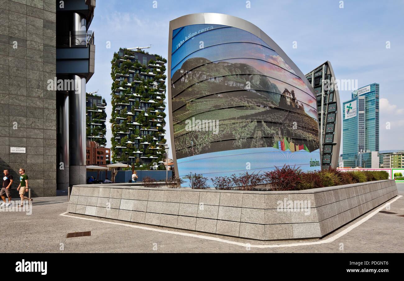 Italien Milano Mailand elektronische Werbetafel 89120 neben dem UniCredit-Tower an der Piazza Gae Aulenti links begrünte Hochhäuser BOSCO VERTICALE vo - Stock Image