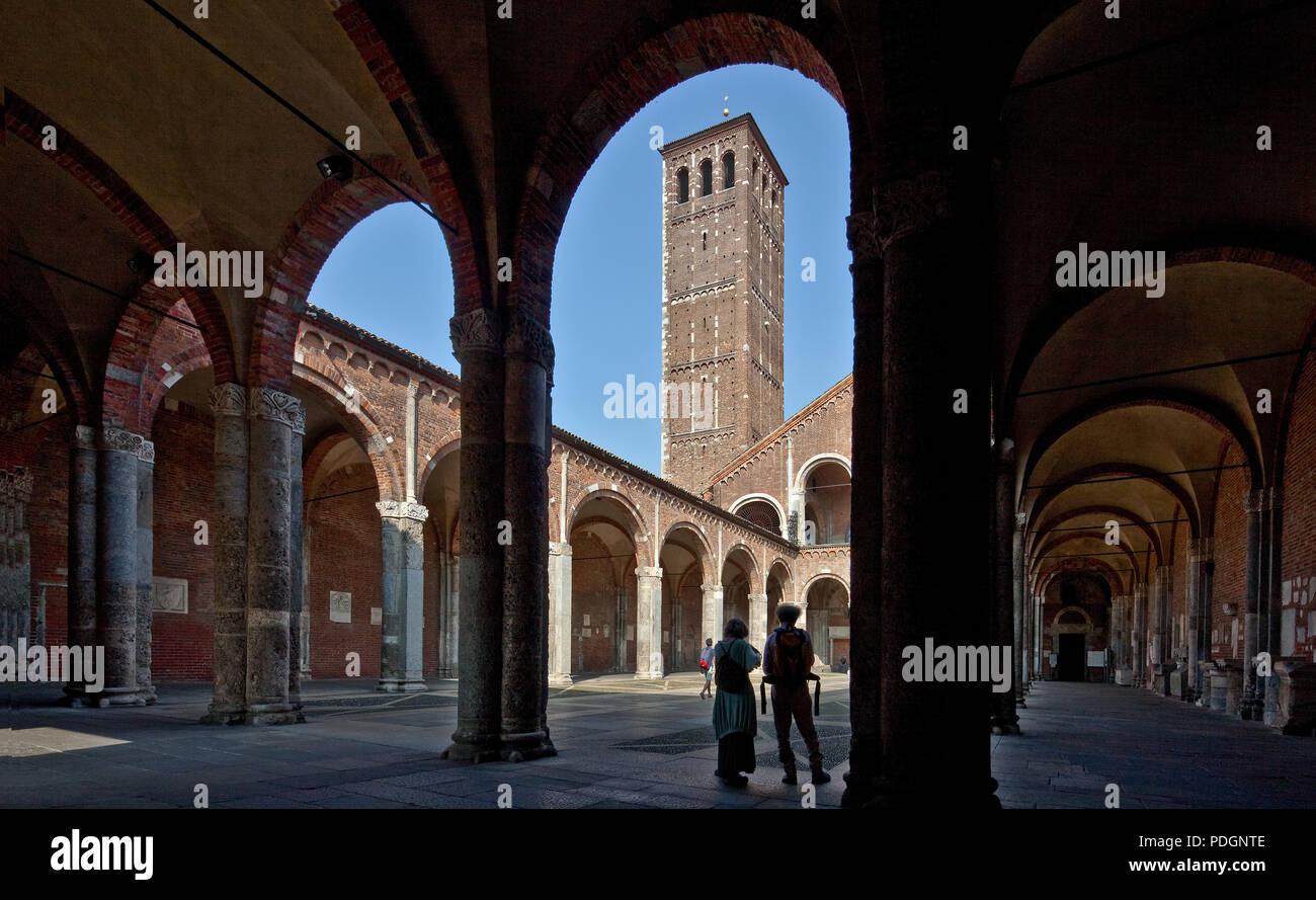 Italien Milano Mailand Kirche San Ambrogio 12 Jh Atrium innen mit Campanile dei Canonici und Längsblick durch den Südflügel des Atriums - Stock Image