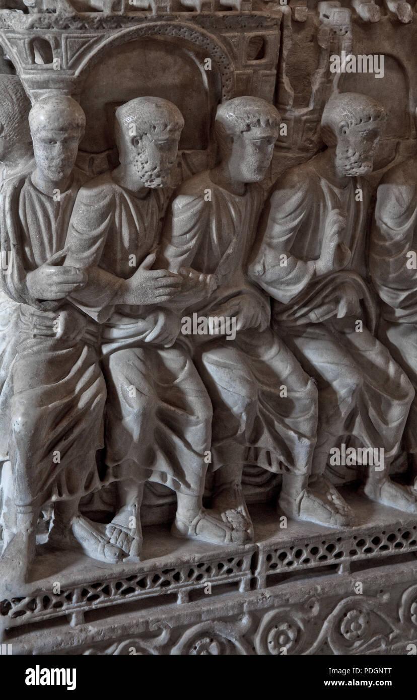 Italien Milano Mailand Kirche San Ambrogio 12 Jh STILICHO-Sarkophag um 390 unter der Kanzel Christus predigt den Jüngern linke  Gruppe Stock Photo