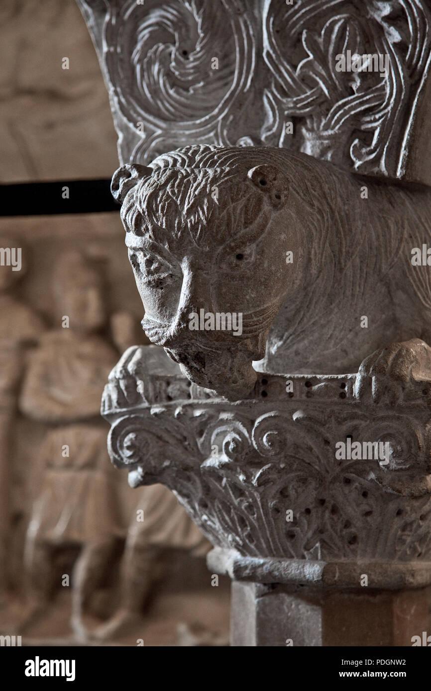 italien Milano Mailand Kirche San Ambrogio 12 Jh Marmorkanzel komponiert aus romanischen Spolien L?we auf einem Kapitell ruhend darüber Kapitell-Fragm - Stock Image