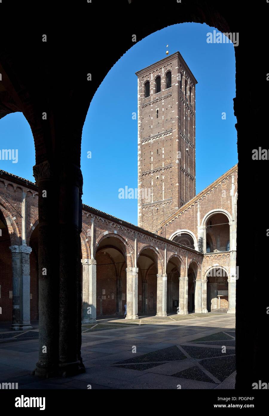 Italien Milano Mailand Kirche San Ambrogio 12 Jh Atrium innen mit Kanonikerturm links - Stock Image
