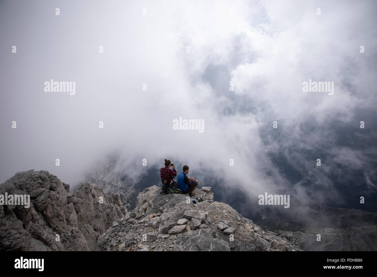 Katerini, Greece. 9th Aug, 2018. Photo taken on Aug. 8, 2018 shows mountaineers enjoying the view from 'Mytikas', the highest peak of Mount Olympus, northern Greece. Mount Olympus is the highest mountain in Greece with the highest peak of 2,917 meters. Olympus is notable in Greek mythology as the home of the Greek gods. Credit: Dimitris Tosidis/Xinhua/Alamy Live News - Stock Image