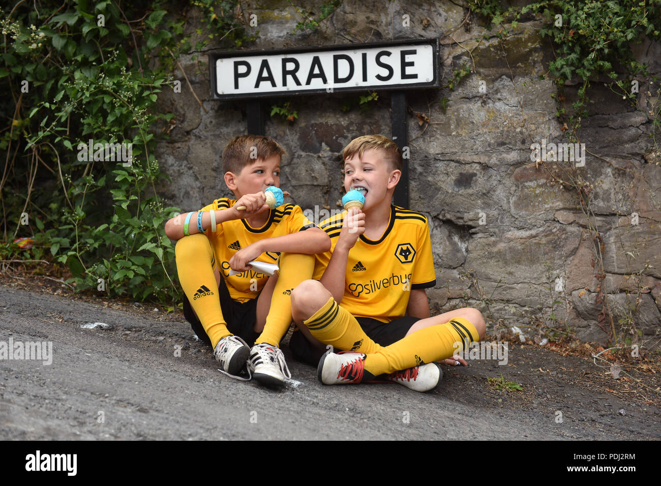 Young boys enjoying an ice cream in Paradise - Stock Image