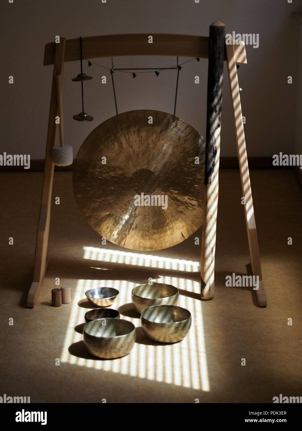Sound healing instruments, Feng Gong and singing bowls - Stock Image