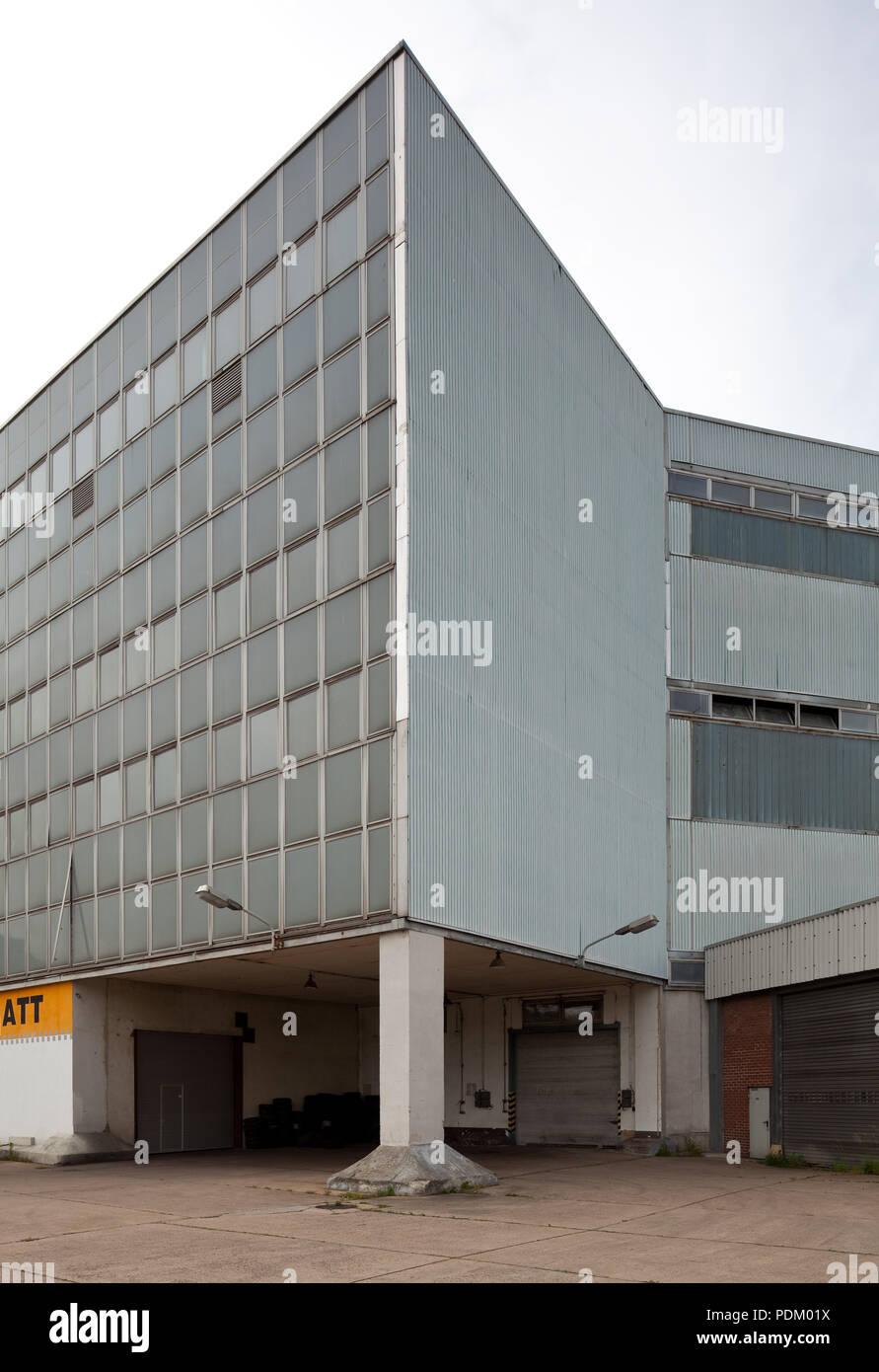 Dessau ehem Schultheiß-Brauerei Erbaut 1896-99 durch Karl Teichen stillgelegt 1994 teilweise neu genutzt Moderner Erweiterungsbau 1994 - Stock Image