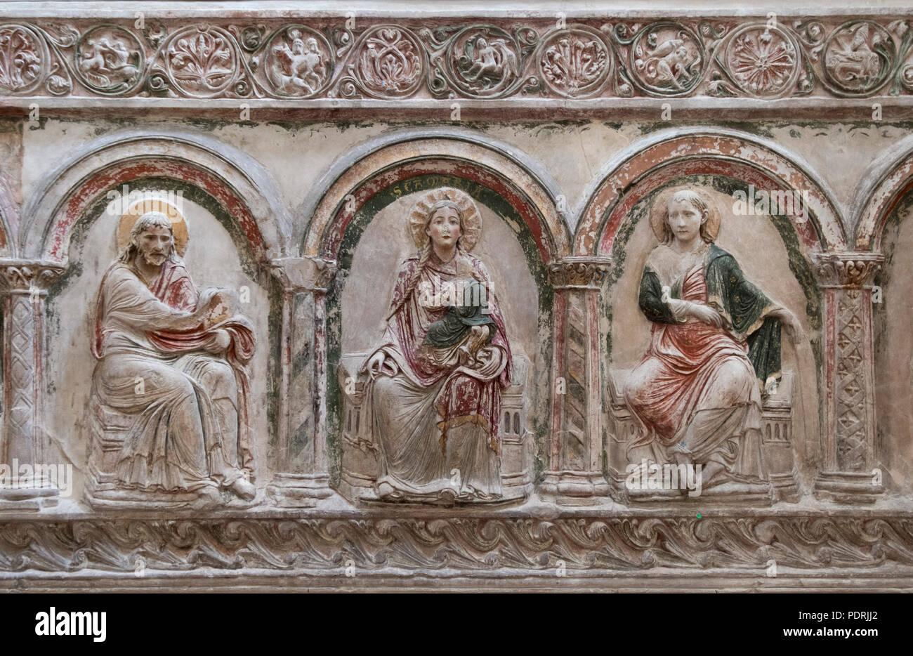 Ehem. Augustinerklosterkirche Unserer Lieben Frauen, Südliche Chorschranke um 1200/1210, Stuckrelief Maria und zwei Apostel Stock Photo