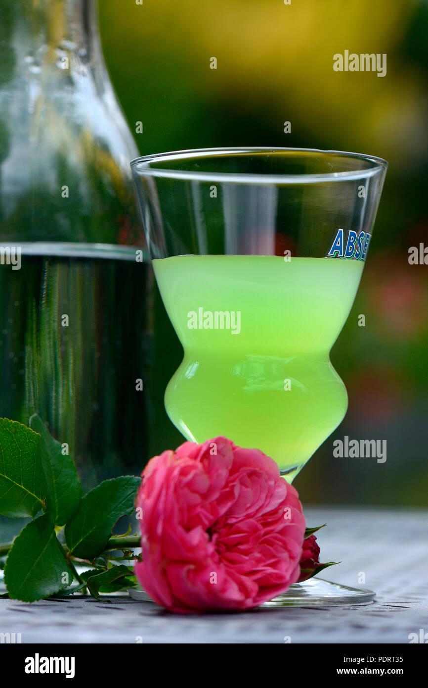 Glas Absinth mit Wasserkaraffe, Gruene Fee - Stock Image