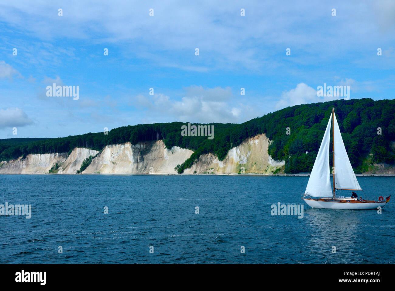 Kreidekueste mit Segelboot, bei Sassnitz, Insel Ruegen, Nationalpark Jasmund, Mecklenburg-Vorpommern, Deutschland, Europa - Stock Image