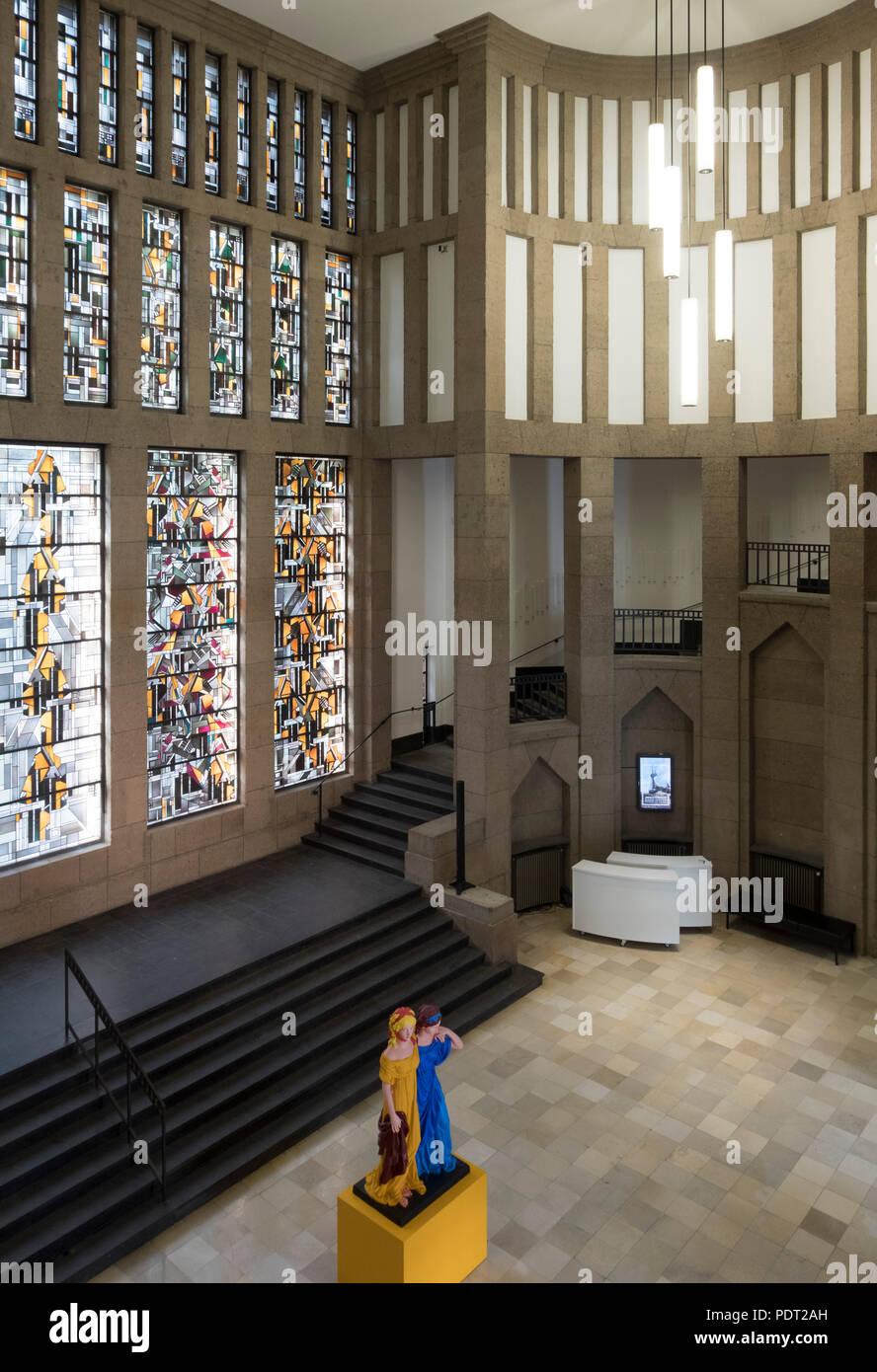 Zentrale Eingangshalle mit Treppenaufgang und bleiverglastem Fensterbild Jan Thorn-Prikkers - Stock Image
