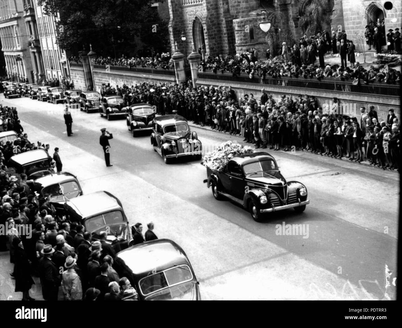 203 StateLibQld 1 108176 Funeral procession for well respected judge, Hugh Macrossan, Brisbane, 1940 - Stock Image
