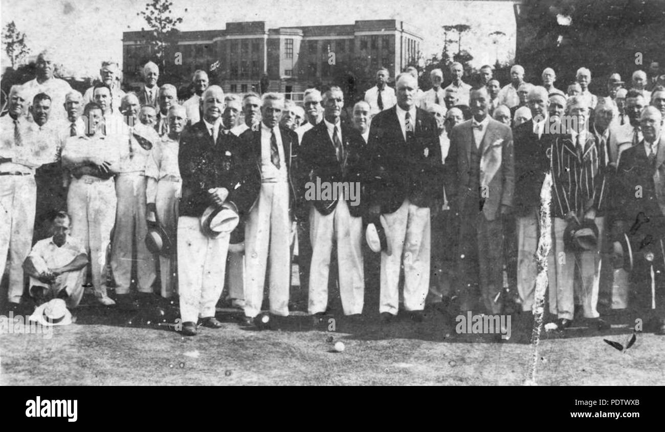 54a2f554c60c 210 StateLibQld 1 119328 Members of the South Brisbane Bowls Club and the  Governor Sir Leslie