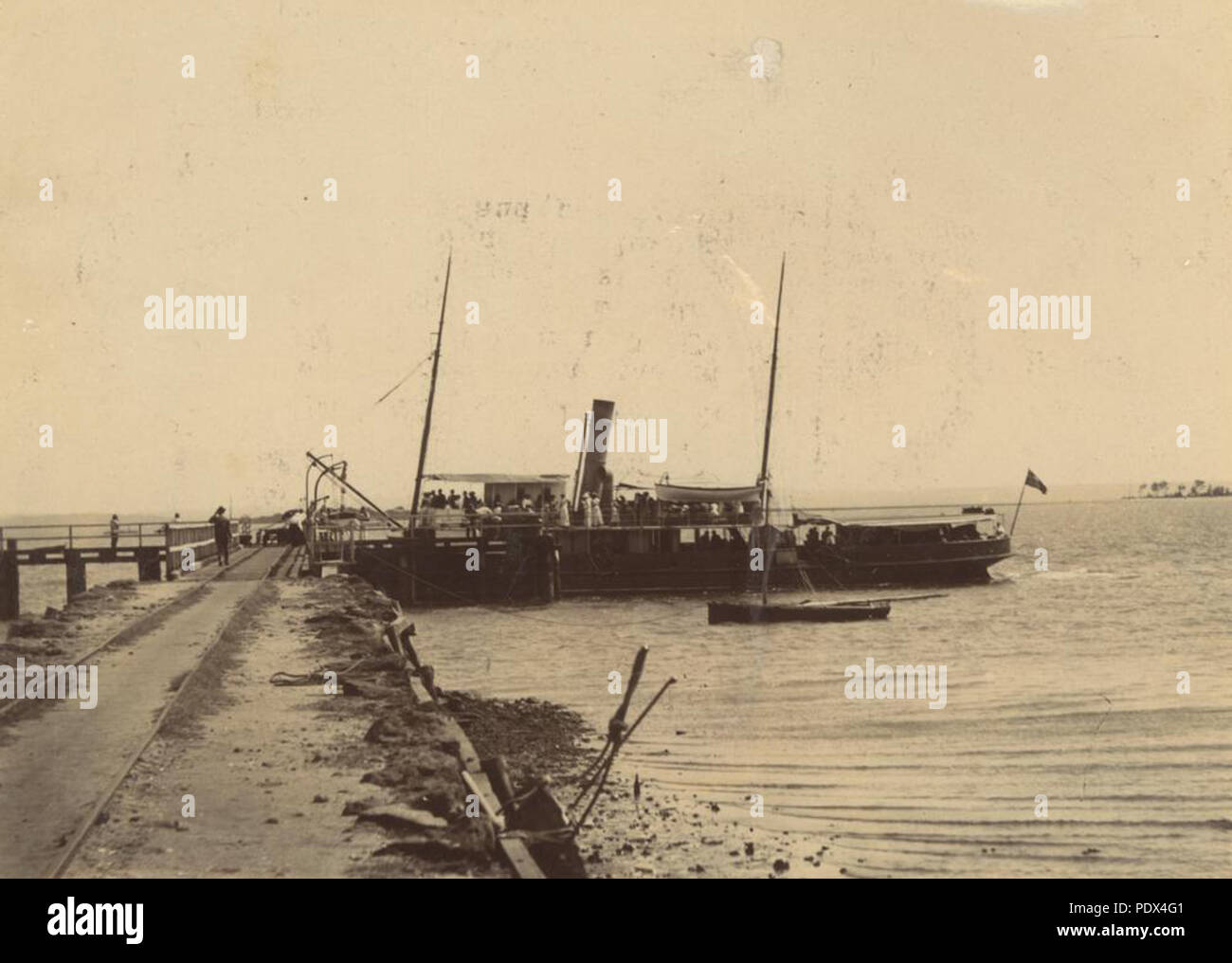 253 StateLibQld 1 235133 Passenger steamship docked at the Dunwich Jetty, North Stradbroke Island, ca. 1890 - Stock Image