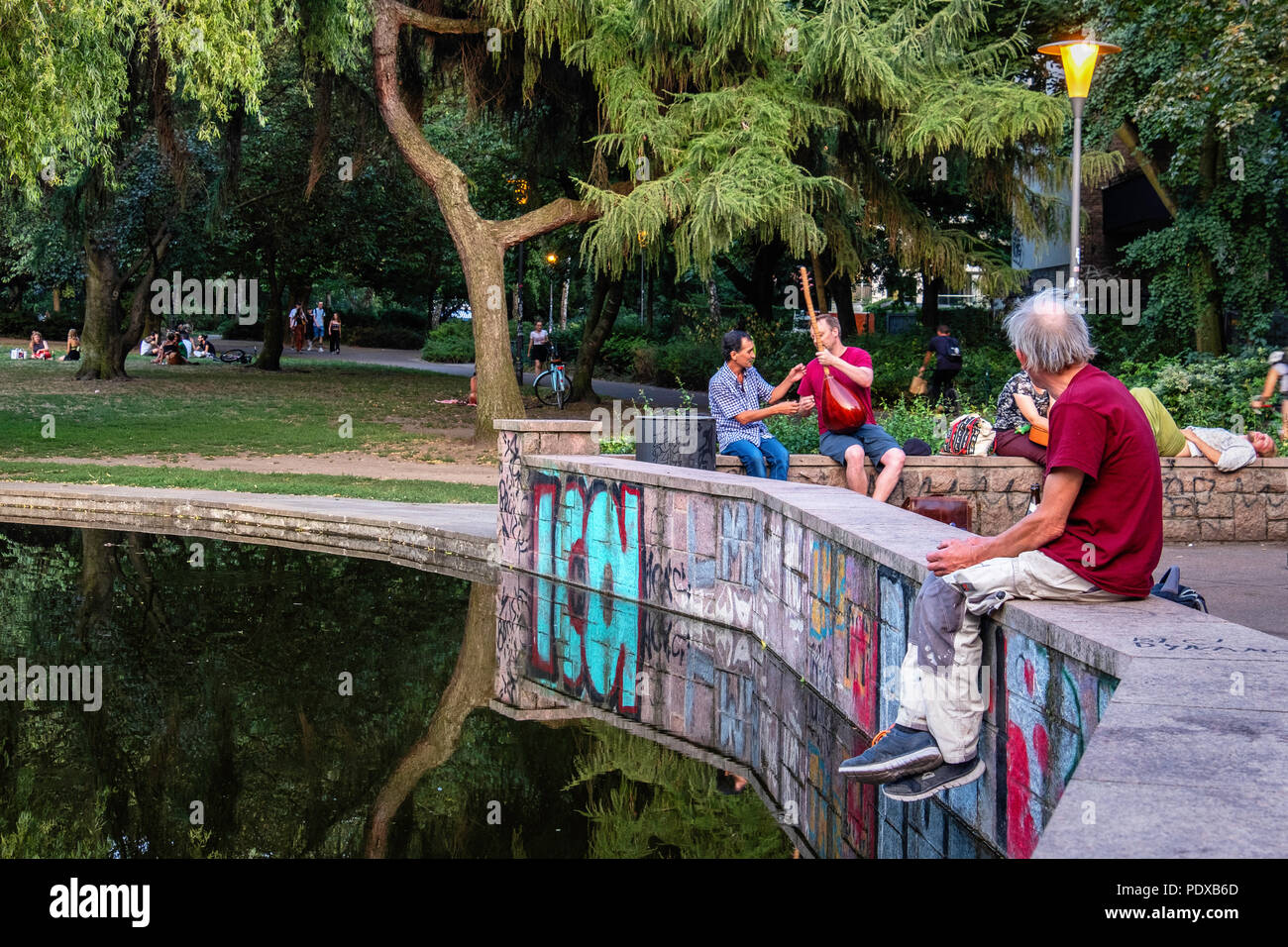 Germany, Berlin, Mitte, Weinbergsweg Park. 9th August 2018. People flock to the public parks to cool off during the intense Summer heatwave credit: Eden Breitz/Alamy Live News - Stock Image