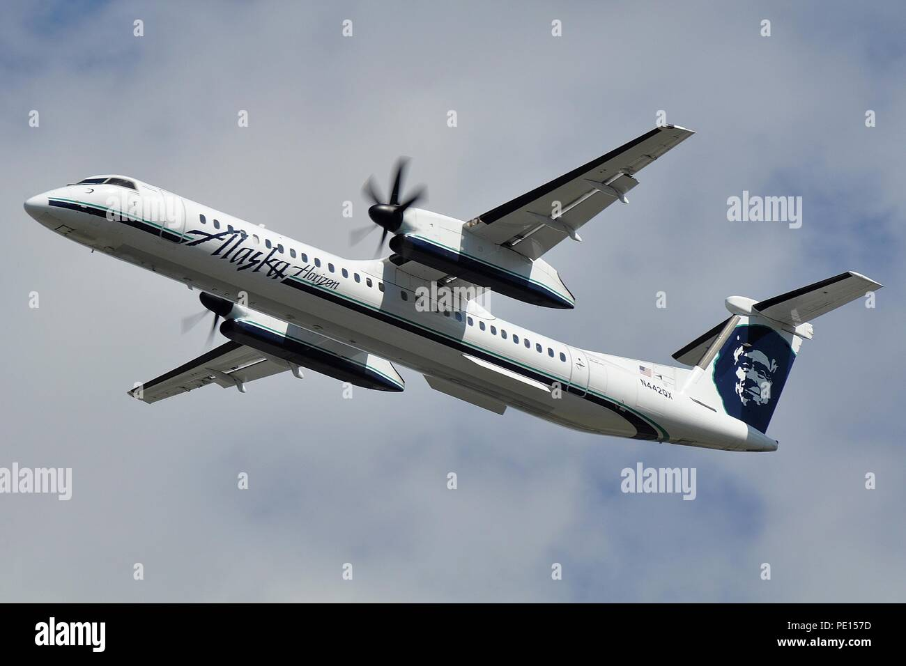 HORIZON AIR / ALASKA AIRLINES BOMBARDIER DHC-8-Q400 REGIONAL AIRLINER - Stock Image