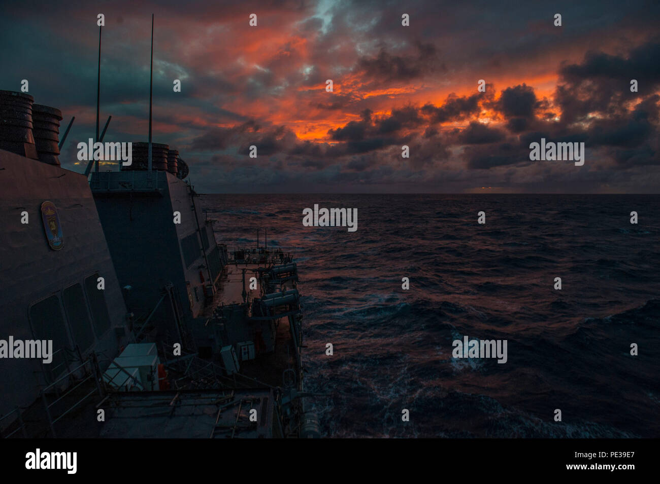 ATLANTIC OCEAN (Sept. 18, 2015) Guided-missile destroyer USS Ramage (DDG 61) transits the Atlantic Ocean. Ramage is underway participating in a Composite Training Unit Exercise (COMPTUEX) with the Harry S. Truman Carrier Strike Group. (U.S. Navy Photo by Mass Communication Specialist 3rd Class J. Richardson/Released) Stock Photo