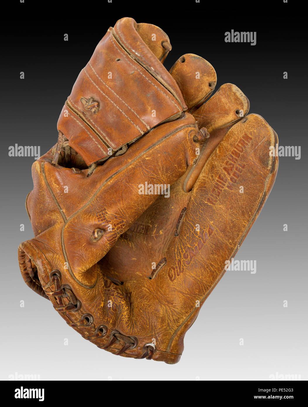 de488559381 A vintage 1950s Hutch model 40L Richie Ashburn autographed baseball glove -  Stock Image
