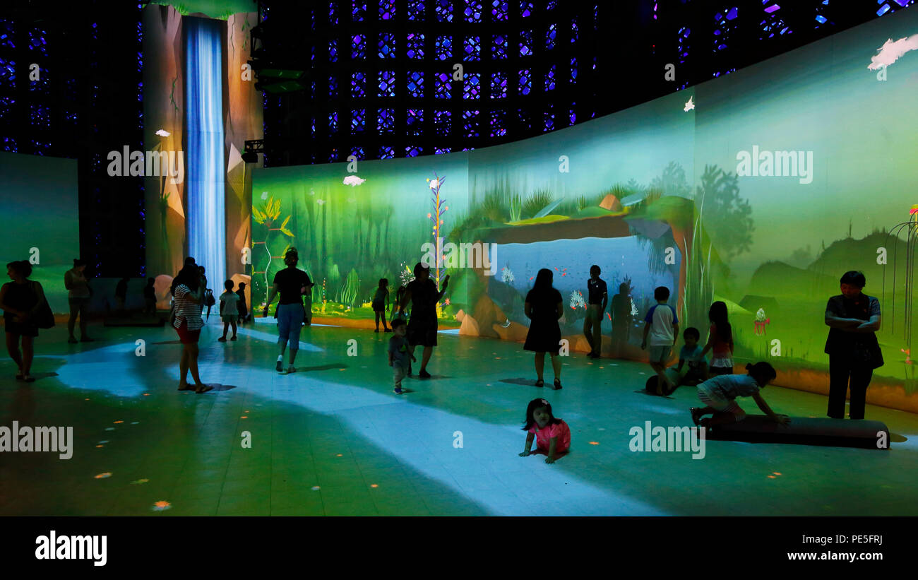 People in the Connected Worlds immersive, interactive ecosystem exhibit at the New York Hall of Science - Stock Image