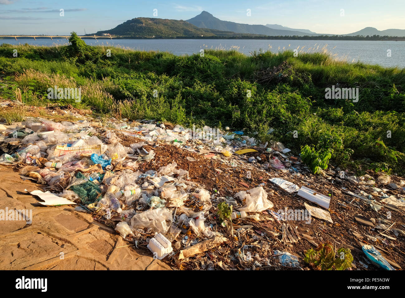 Plastic litter on the banks of the Mekong River in Pakse, Laos - Stock Image