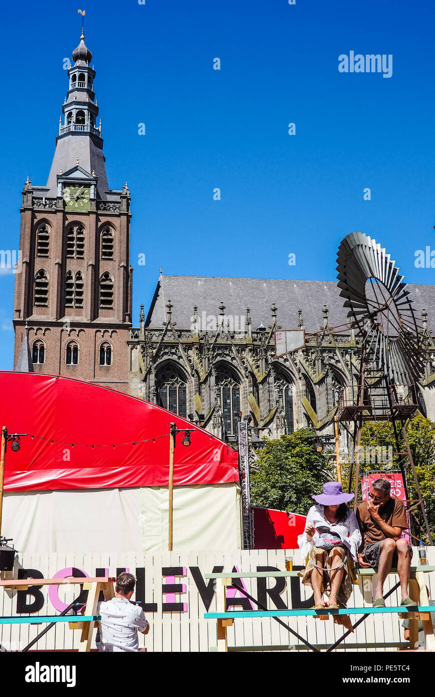 August 2018 - 's-Hertogenbosch, Netherlands: People enjoying the Boulevard street theater festival next to the St. John's Cathedral - Stock Image