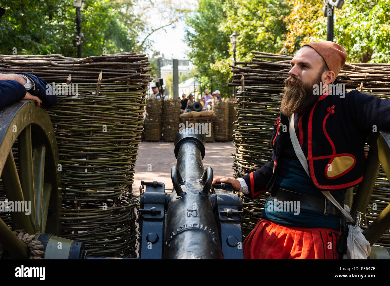 Moscow, Russia, Sunday, August 12, 2018.The Eights International history festival 'Times & Epochs' starts in Moscow. The exhibition period is August 10-22. The venue for the festival is Boulevard Ring (9 km or 6 mi long). Historical periods and events from the Stone Age to the end of the XX century are presented by international teams at 30 locations. French army gun station against the Russian army gun station. The Siege of Sevastopol. Crimean War period of 1853—1856. Credit: Alex's Pictures/Alamy Live News - Stock Image