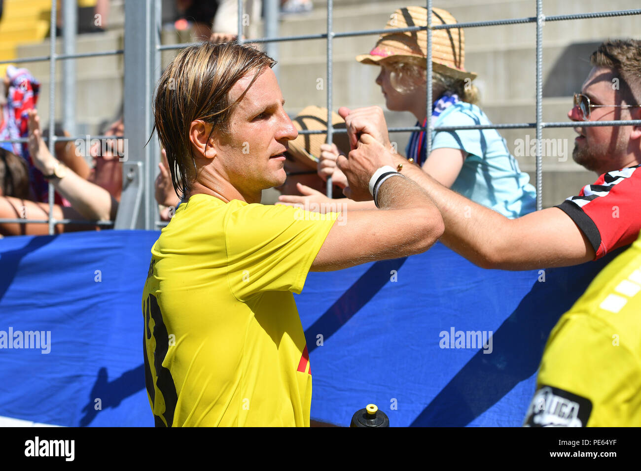 Munich, Deutschland. 12th Aug, 2018. Stefan AIGNER (KFC) celebrates after the end of the game with the Krefeld fans, football fans. Soccer 3. Liga, 4. matchday, TSV Munich 1860-KFC Uerdingen 0-1, on 12/08/2018. Stadium at Gruenwalder Strasse in Munich, DFL REGULATIONS PROHIBIT ANY USE OF PHOTOGRAPH AS IMAGE SEQUENCES AND/OR QUASI VIDEO. | usage worldwide Credit: dpa/Alamy Live News - Stock Image