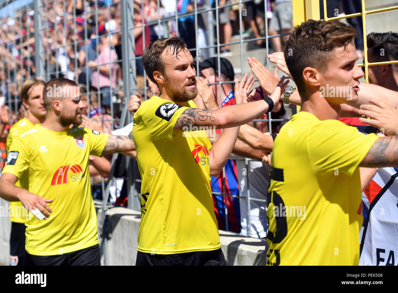 Munich, Deutschland. 12th Aug, 2018. Kevin GROSSKREUTZ (Grovukreutz, KFC, withte), celebrates after the end of the game with the Krefeld fans, football fans. Soccer 3. Liga, 4. matchday, TSV Munich 1860-KFC Uerdingen 0-1, on 12/08/2018. Stadium at Gruenwalder Strasse in Munich, DFL REGULATIONS PROHIBIT ANY USE OF PHOTOGRAPH AS IMAGE SEQUENCES AND/OR QUASI VIDEO. | usage worldwide Credit: dpa/Alamy Live News - Stock Image