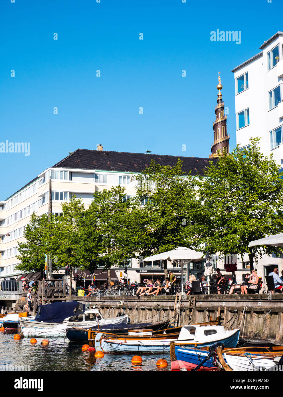 People Relaxing, Summer Time, Canals, Copenhagen, Zealand, Denmark, Europe. - Stock Image