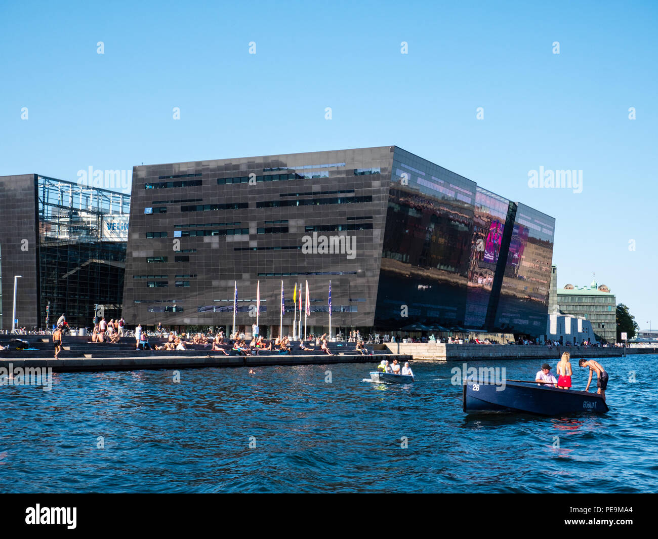 The Black Diamond - Royal Danish Library, Heatwave with people in Boats, Copenhagen, Zealand, Denmark, Europe. Stock Photo