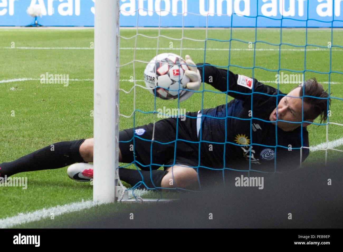 Duisburg, Deutschland. 11th Aug, 2018. Goalkeeper Daniel DAVARI (DU) can not keep the free-kick to 1: 0 for the VFL Bochum, action, goal, football 2nd Bundesliga, 2nd matchday, MSV Duisburg (DU) - VfL Bochum (BO), on 11.08.2018 in Duisburg/Germany. ¬ | usage worldwide Credit: dpa/Alamy Live News - Stock Image