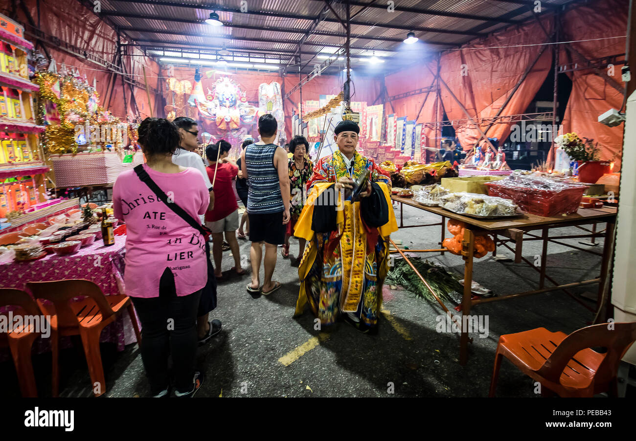 Kuala Lumpur, Malaysia. 13th August, 2018. Malaysia Hungry Ghost Festival in Kuala Lumpur, Malaysia on August 13th, 2018. Taoist devotees holding prayers as a mark of respect to Ghost King and the spirits, offerings different type of food offerings to Ghost King of the Underworld. © Danny Chan/Alamy Live News. - Stock Image
