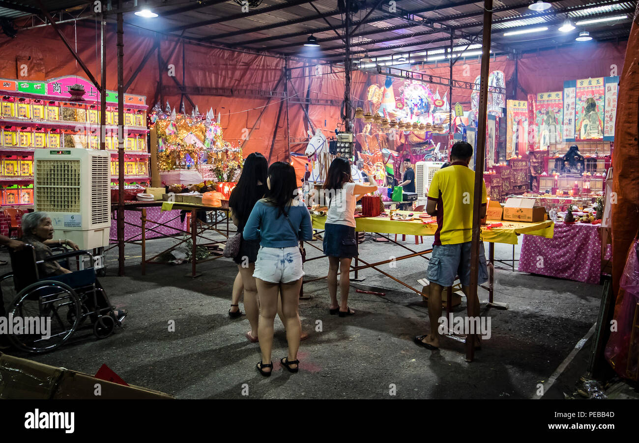 Kuala Lumpur, Malaysia. 13th August, 2018. Malaysia Hungry Ghost Festival in Kuala Lumpur, Malaysia on August 13th, 2018. Taoist devotees holding prayers as a mark of respect to Ghost King and the spirits, offering different type of food offerings to Ghost King of the Underworld. © Danny Chan/Alamy Live News. - Stock Image