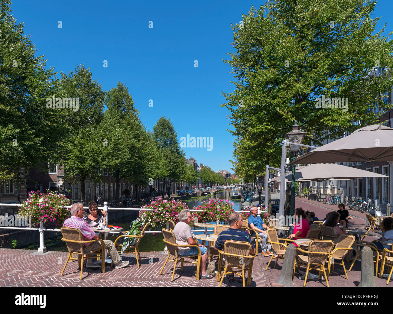 Cafe on Nonnenbrug on the Rapenburg Canal, Leiden, Zuid-Holland (South Holland), Netherlands - Stock Image