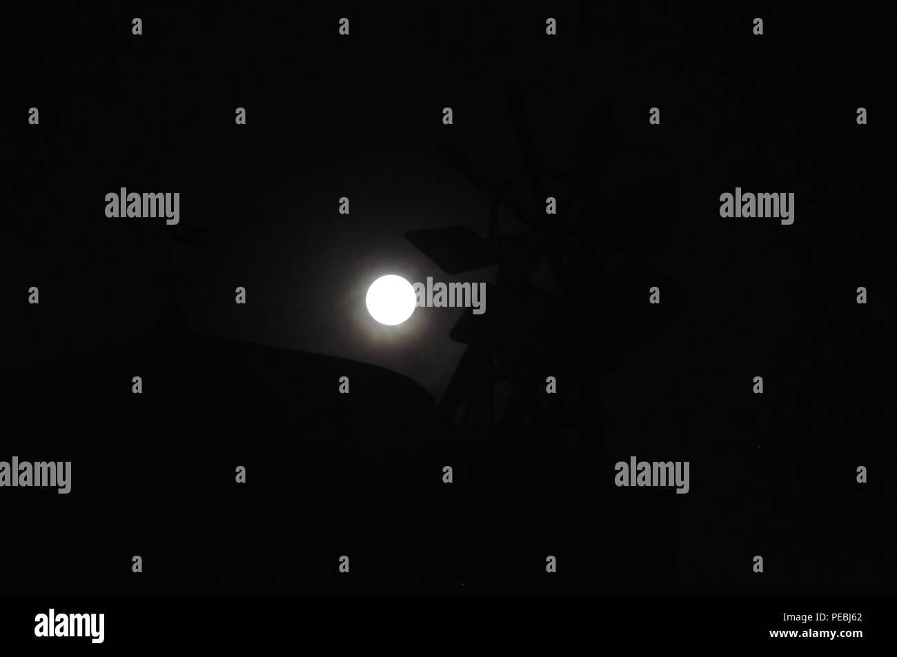 Vollmond über einer alten Mühle nach der vollständigen Mondfinsternis in Deutschland vom 27./28. Juli 2018 - Stock Image