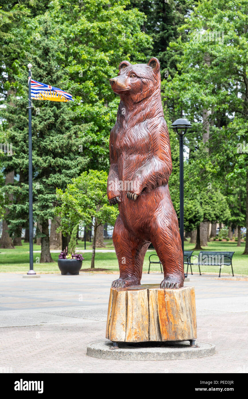 Wood carving of a bear on display in the town of Hope, British Columbia, Canada - Stock Image