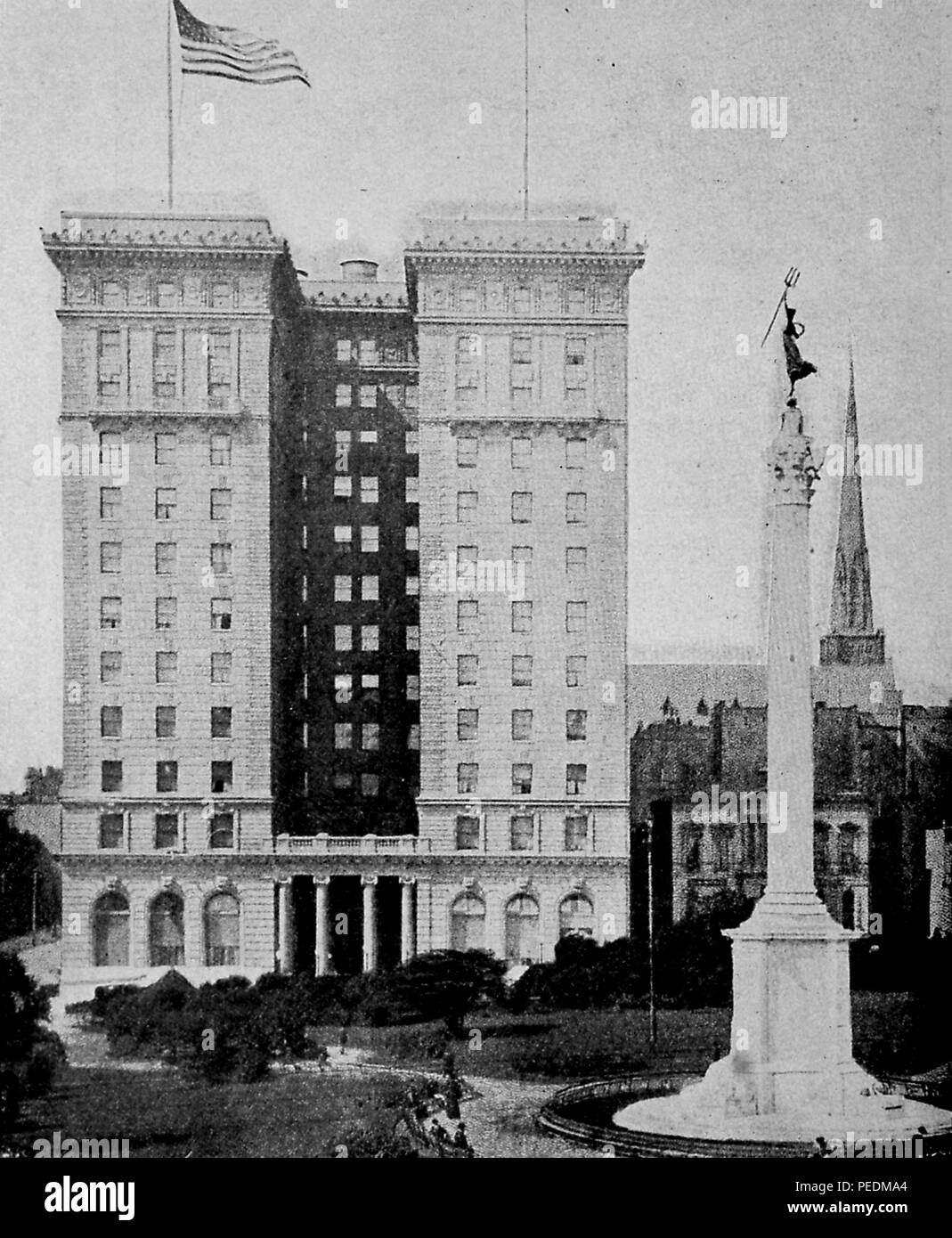Black and white photograph showing the St Francis Hotel, with trees and the Dewey Monument in the foreground, from the volume 'The History of the San Francisco Disaster and Mount Vesuvius Horror, ' authored by Charles Eugene Banks, and Opie Percival Read, and published in Chicago, 1906. Courtesy Internet Archive.  () - Stock Image
