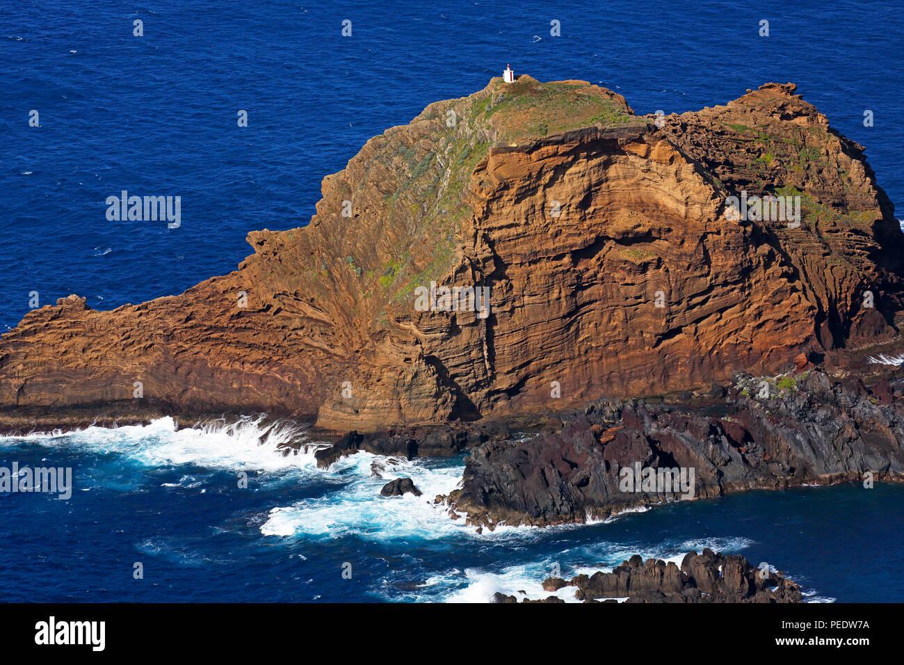 Lavaklippen mit kleinem Leuchtfeuer, Porto Moniz, Nordkueste Madeira, Portugal - Stock Image