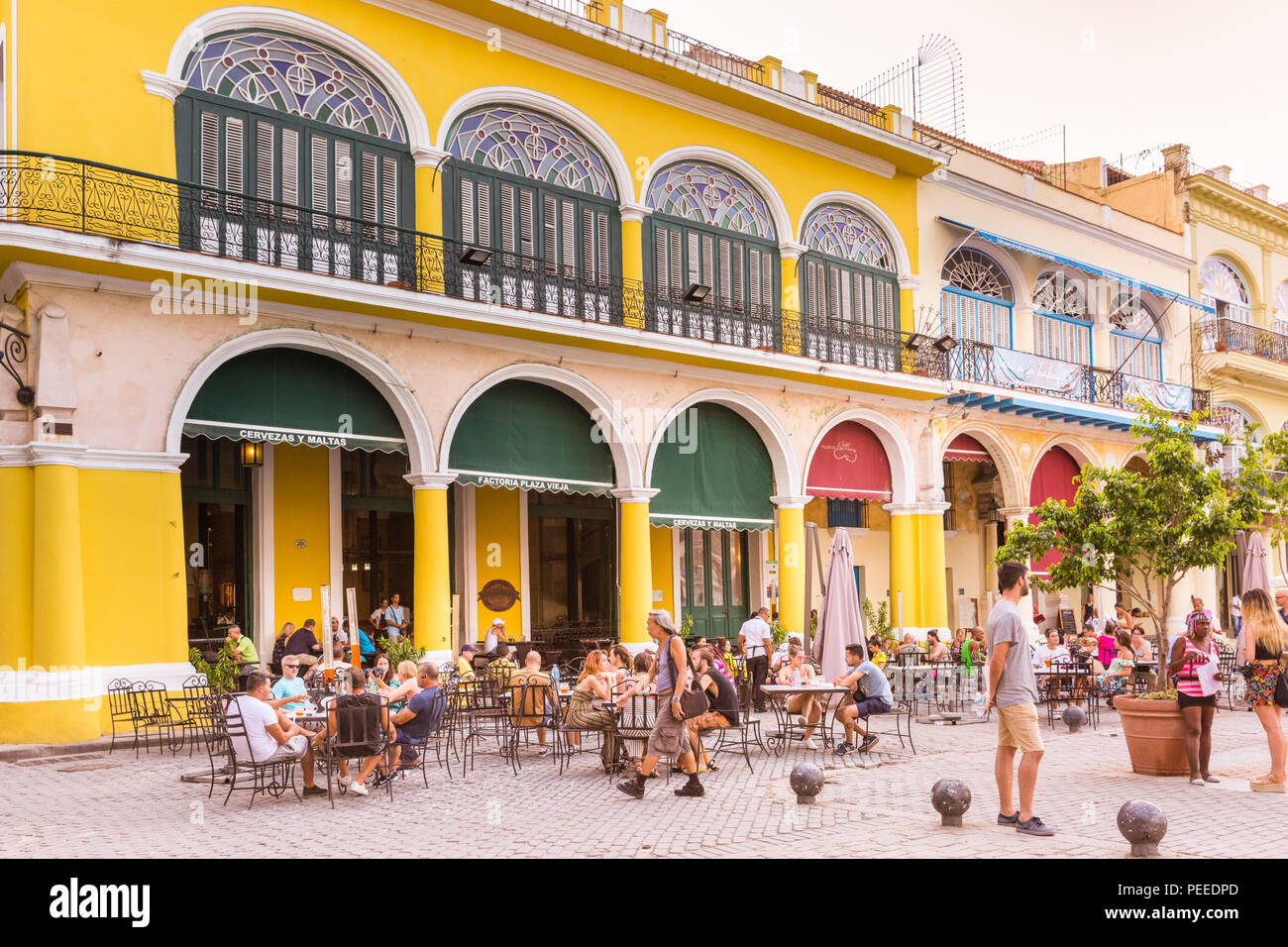 People in cafes and restaurants on Plaza Vieja, Old Havana, Cuba - Stock Image