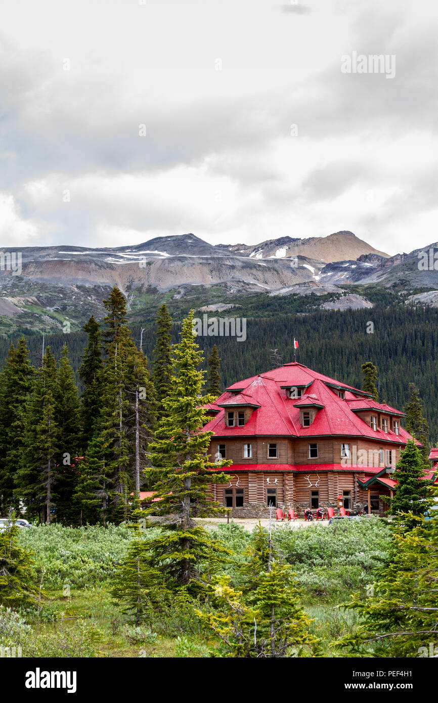BANFF, CANADA - JUL 8, 2018: The historical Num-Ti-Jah Lodge on the shore of Bow Lake in Banff National Park on the Icefields Parkway, with Mount Jimm - Stock Image