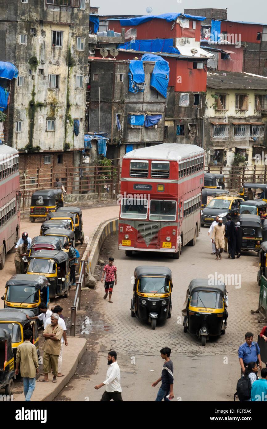 Double decker bus and auto rickshaws on Station road, Bandra, Mumbai, India - Stock Image