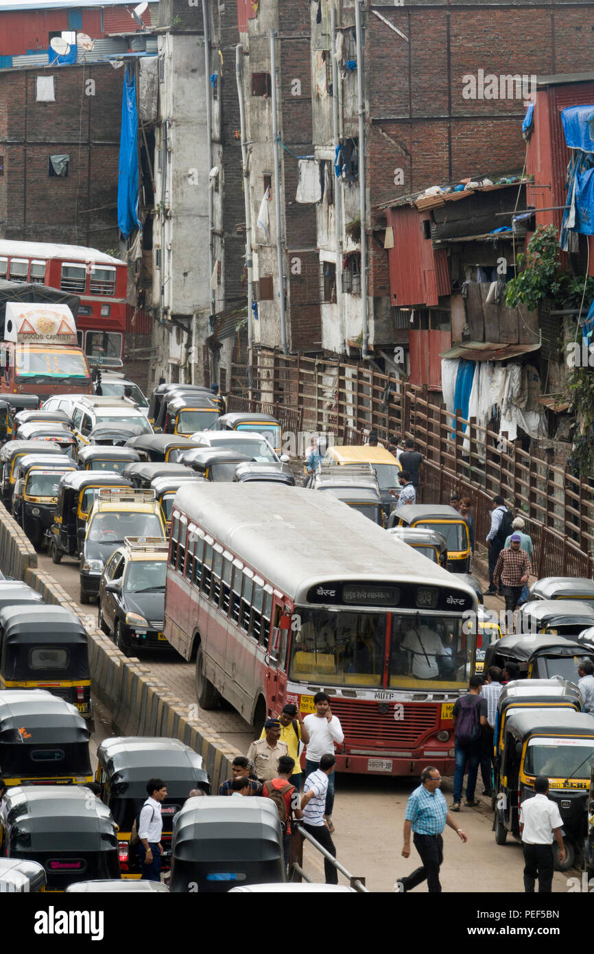 Busy rush hour traffic on Station road, Bandra, Mumbai, India - Stock Image