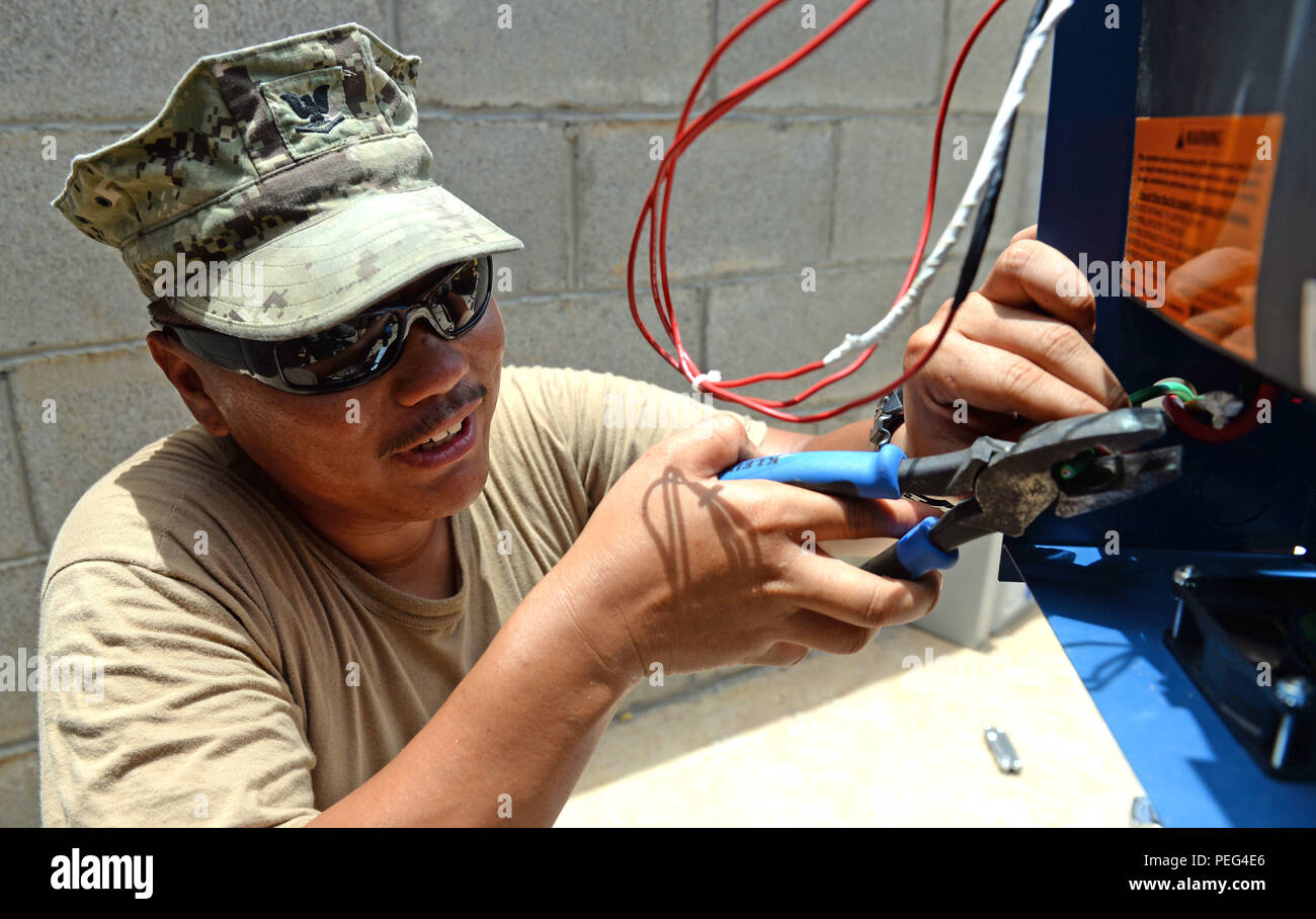 U S Navy Construction Electrician 3rd Stock Photos New Electric Wiring Harry Us Class Micah Bautista And Hilo Hawaii Native With