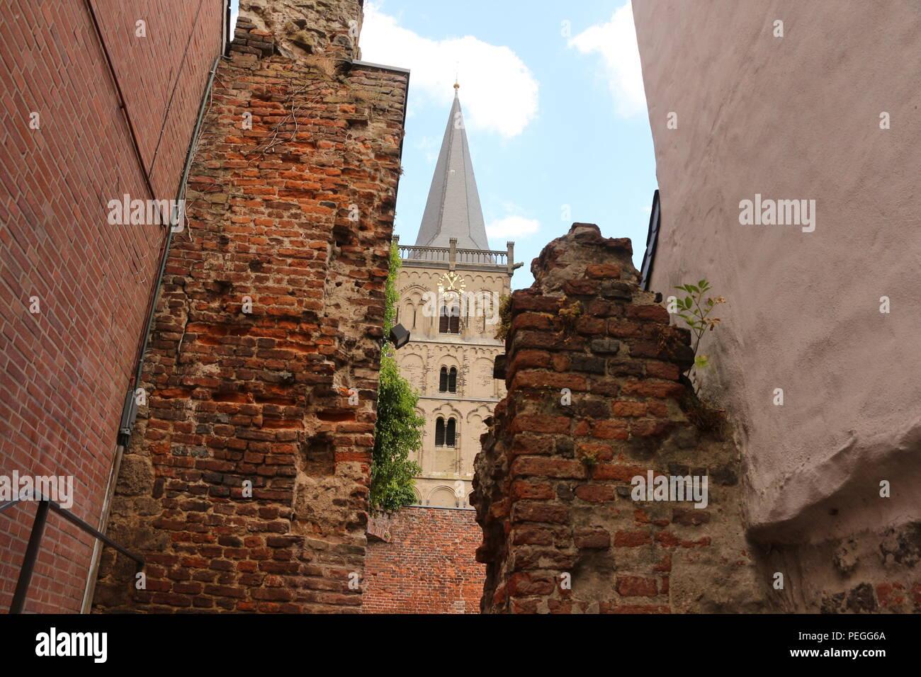 Blick auf einen der Kirchtürme des Xantener Doms - Stock Image