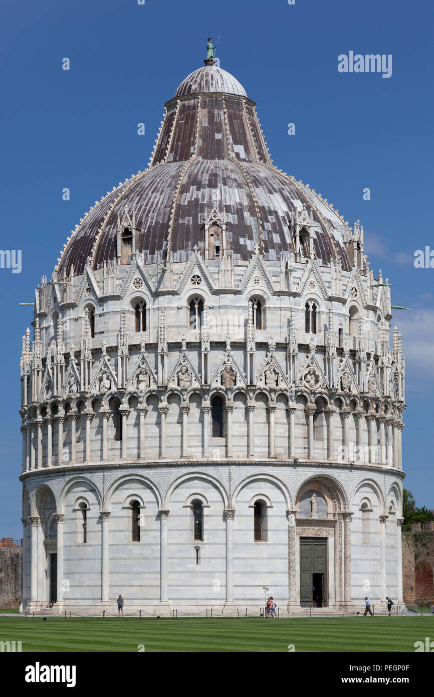 On the 'Field of Miracles' at Pisa (Tuscany - Italy), the Baptistry Northern side (under renovation at the time of the shot).  Sur la place des Miracl - Stock Image