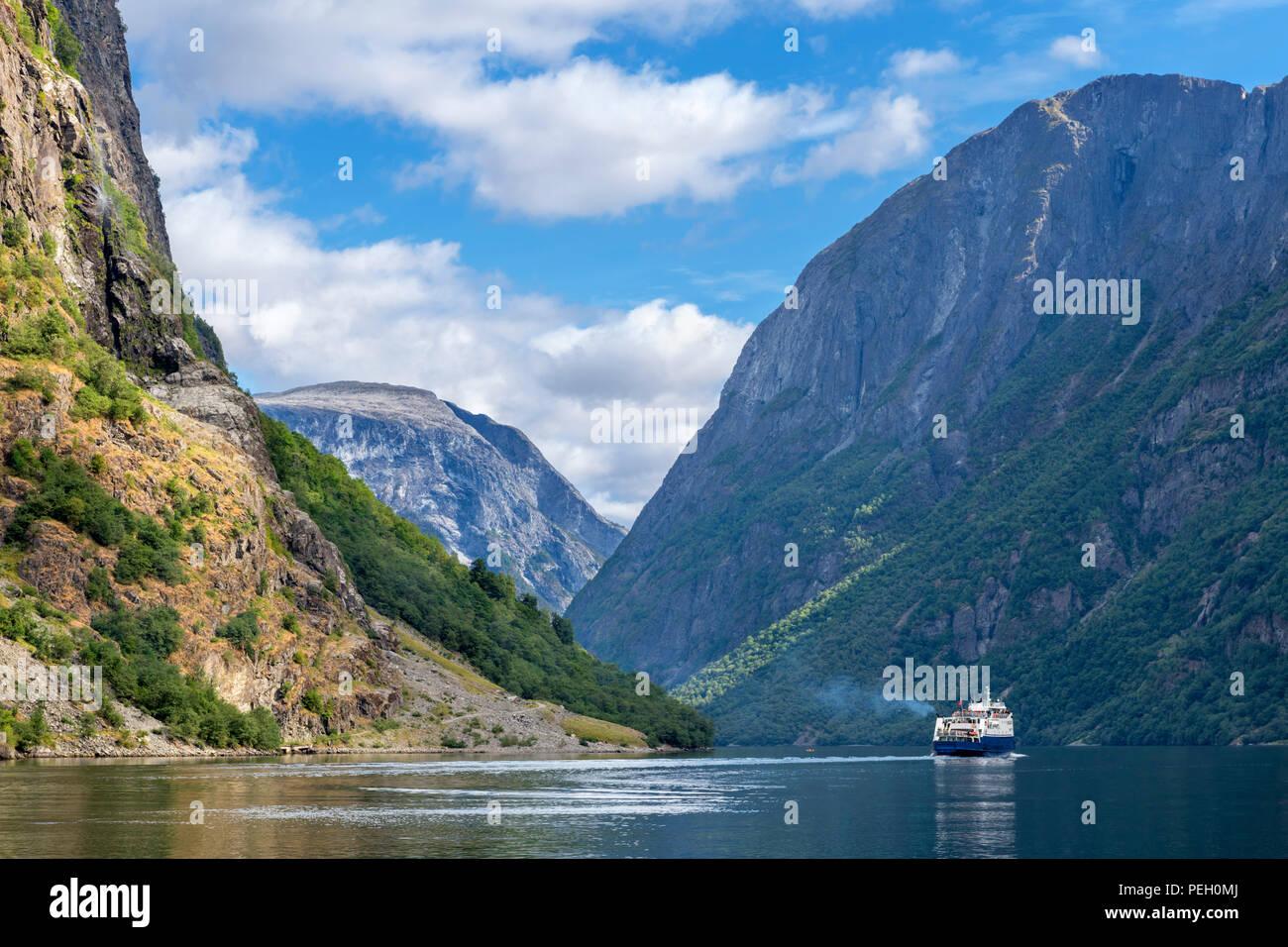 Ferry leaving Gudvangen, Nærøyfjord, Sognefjord, Sogn og Fjordane, Norway - Stock Image